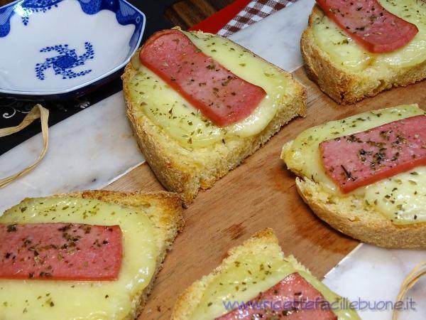 Bruschette con mozzarella e wurstel
